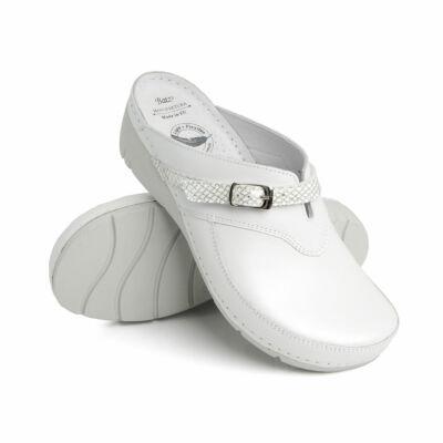 Batz Lisa női papucs, klumpa. Flexibilis taplszerkezettel, nőies formákkal, metálos csillogású bőrből készült, ezüst csatos állítható pánttal, strasszköves díszítéssel
