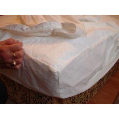 100 % pamut vízhatlan, körgumis matracvédő lepedő. Védi a matracokat a szennyeződésektől, ezzel az élettartamukat a többszörösére növeli. A gumilepedők egy kezelhetőbb, kényelmesebb alternatívája.