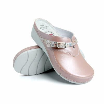 Dr. Batz Lisa női papucs, klumpa. Flexibilis taplszerkezettel, nőies formákkal, metálos csillogású bőrből készült, ezüst csatos állítható pánttal, strasszköves díszítéssel