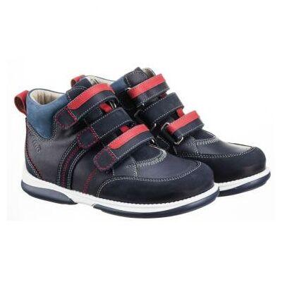 A MEMO gyermekcipők egyik legsportosabb, zárt modellje a Polo. A három tépőzáras modelleket 30-38-as méretben kínáljukvásárlóink számára.